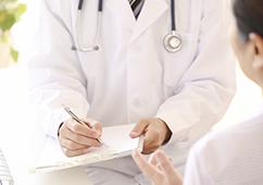 医師による診察の写真